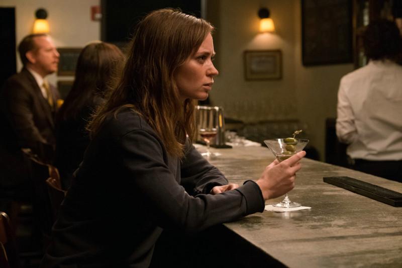 Rachel beneidet die heile Welt der Paare, während sie selbst nach ihrer Scheidung dem Alkohol verfallen ist. (© Constantin Film)