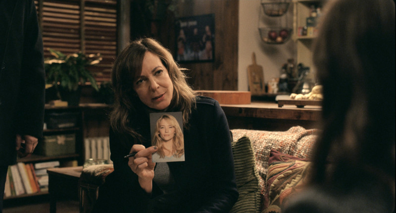 Durch den Alkohol erleidet Rachel regelmäßig Blackouts und verhält sich auffällig, weshalb sie von der Polizistin Riley (Allison Janney) verdächtigt wird, als Megan spurlos verschwindet. (© Constantin Film)