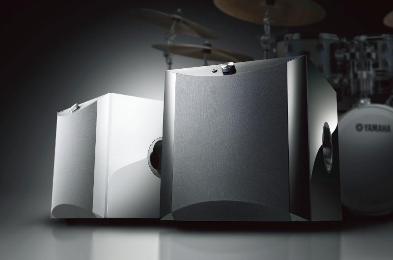 Alternativ zur matten Folierung ist der NS-SW1000 auch in einem Kleid aus weißem oder schwarzem Pianolack zu haben.