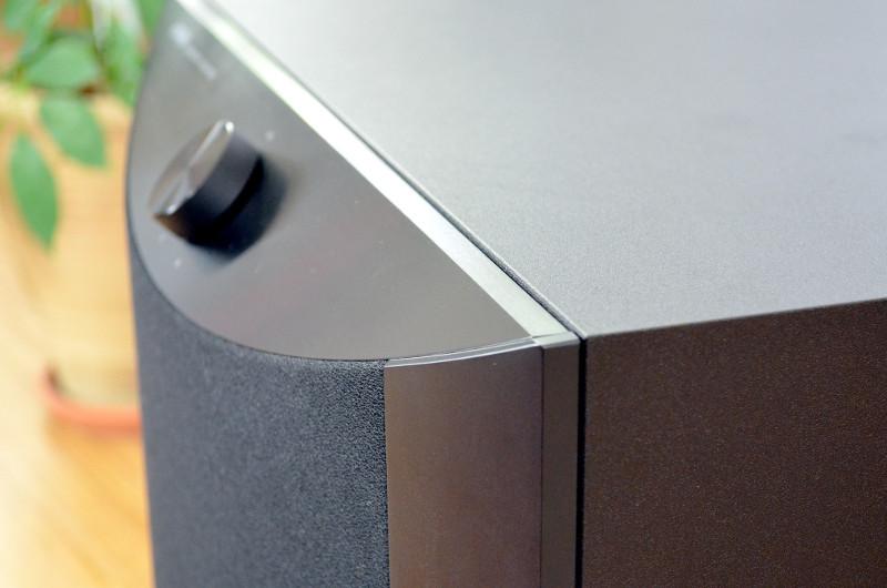 Aus einer recht schlichten Grundform macht Yamaha mit schrägen Flächen und abgerundeten Elementen einen sehr modernen Look.