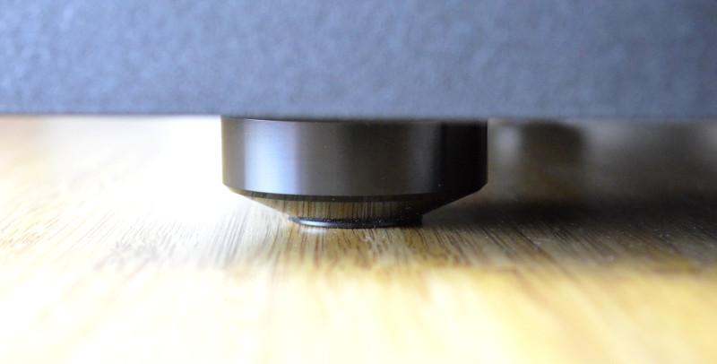 Die massiven Standfüße entkoppeln den NS-SW1000 akustisch wie optisch vom Boden.