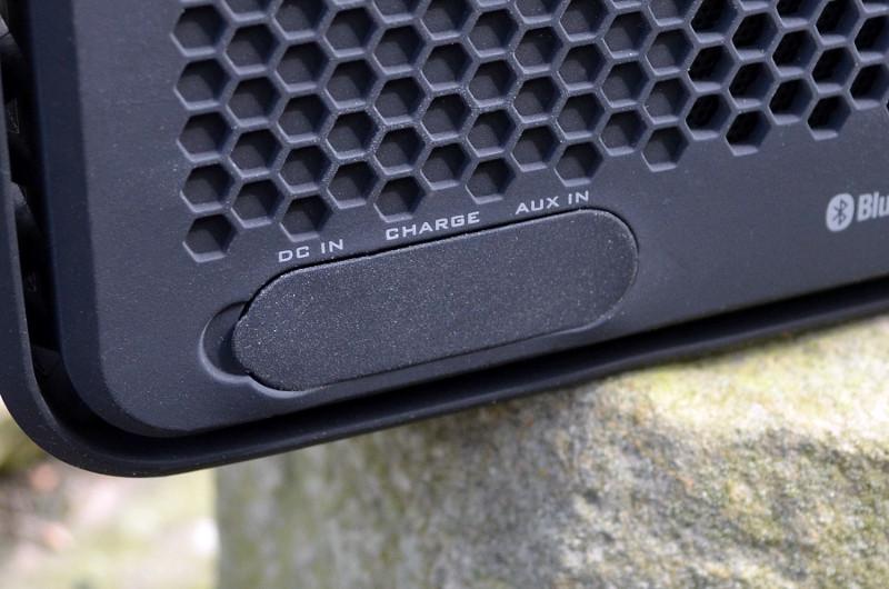 Dank Bluetooth-Streaming kann die Anschlussfeld-Abdeckung geschlossen bleiben und der XS Sport ist auch im Betrieb vor Staub und Strahlwasser geschützt.
