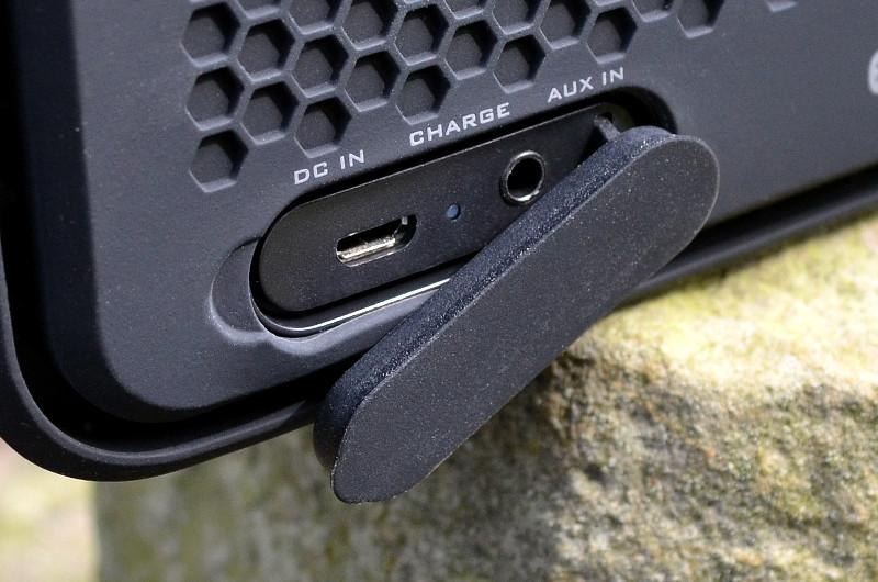 Musik empfängt der XS Sport entweder via Bluetooth oder alternativ per 3,5-mm-Audiokabel. Der Akku wird via USB-Kabel aufgeladen.