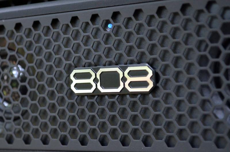 Die kleine Status-LED über dem Logo in der Front signalisiert die aktuelle Quellenwahl.
