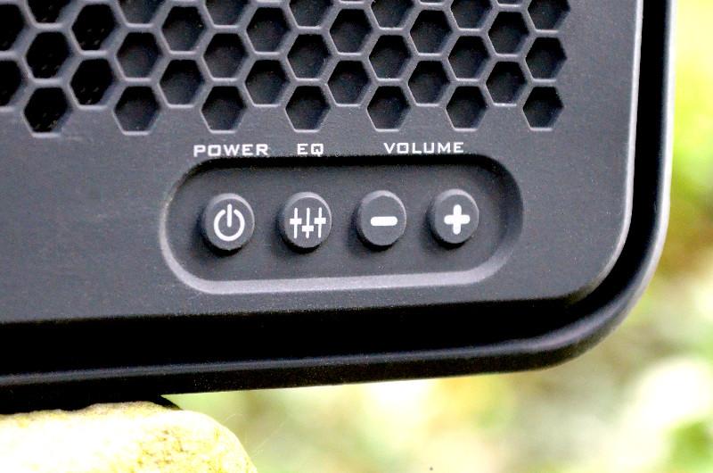 Die linke der vier Tasten dient nicht nur zum Einschalten, sie steuert auch das Bluetooth-Pairing.