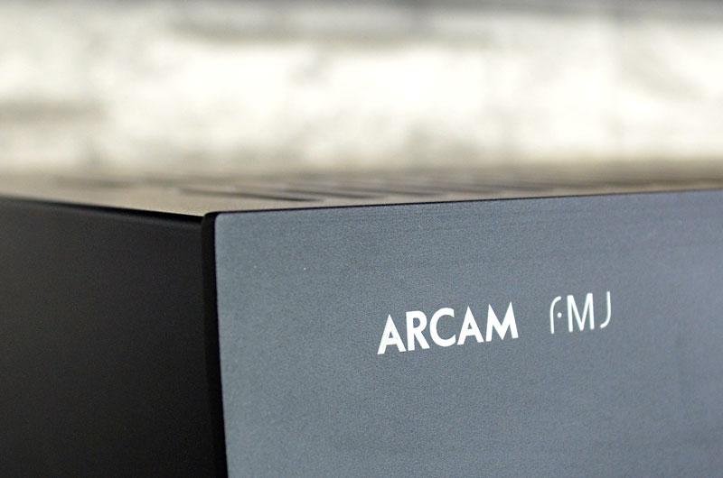 Arcam lässt lieber Taten statt Worte sprechen und platziert das Herstellerlogo recht zurückhaltend.