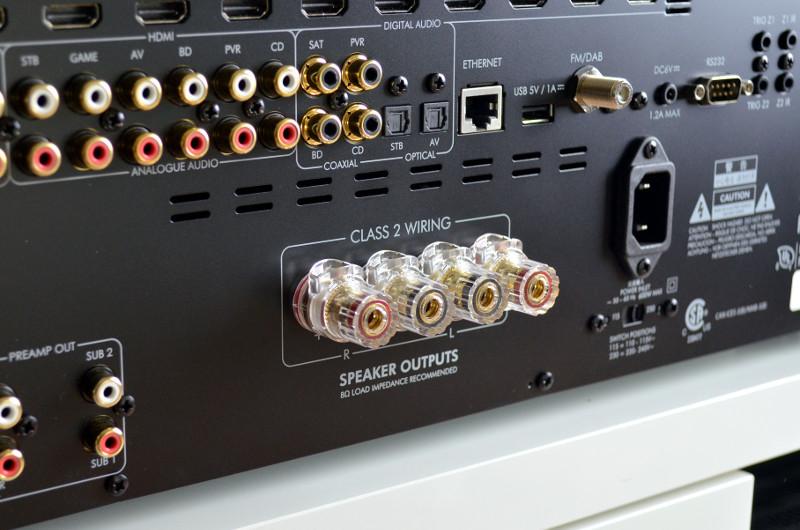 Die Lautsprecher werden über die hochwertigen Anschlussklemmen an den SR250 gekoppelt.