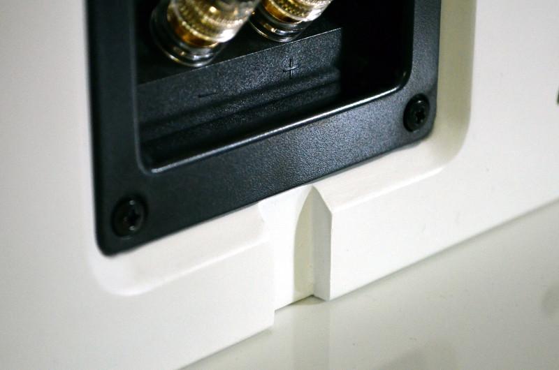 Damit die Kabel bei der Wandmontage nicht im Weg sind, ist eine unauffällige Kabelführung ins Gehäuse integriert.