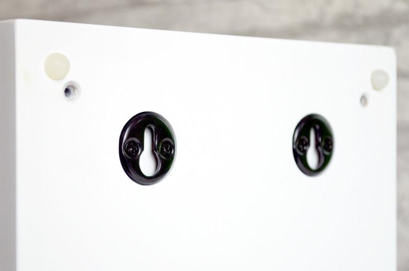 Die für die Wandmontage ausgelegten Phase 180 verfügen über eine doppelte Schlüssellochaufhängung.