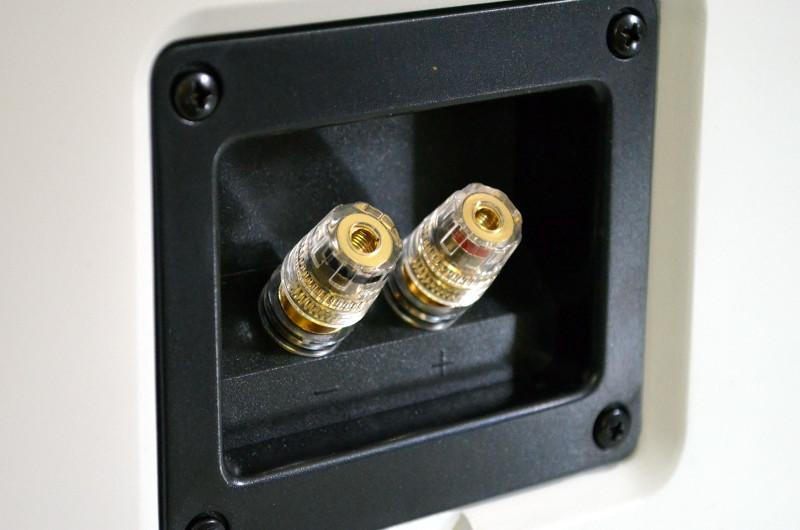 Die hochwertigen Anschlussklemmen sorgen für sicher sitzende Lautsprecherkabel.