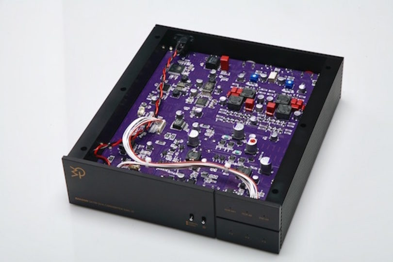 Bakoon wartet auf der High End mit dem ersten Serienmodell des DAC-21 auf. Der über Li-Ionen Akkus gespeiste Digital-Analog Wandler basiert auf dem Bakoon eigenen, über viele Jahre entwickelten, SATRI Schaltungsprinzip. Die SATRI Technologie soll die Seele und Emotionen in der Musik auf natürliche Weise erhalten.