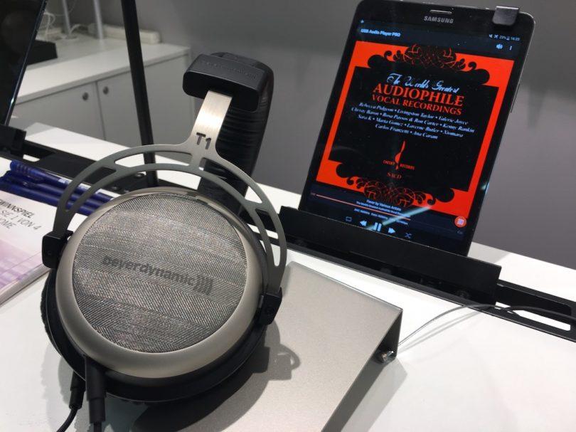 Saubequem, exzellent verarbeitet und klanglich ein Brett: Beyerdynamic zeigt zudem den T1 - auch verfügbar mit Lightning-Kabel. Ein spannendes Produkt, das bereits auf unserer TEstwunschliste steht ...