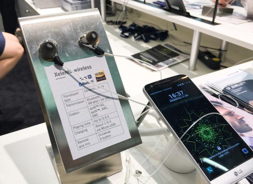 Eines dieser Highlights stellt zweifellos der Xelento wireless dar. Dank integrierter Fernbedienung inkl. Freisprechmikrofon und einer Akkulaufzeit von bis zu fünfeinhalb Stunden verspricht er maximale Flexibilität beim Musikhören und Telefonieren.