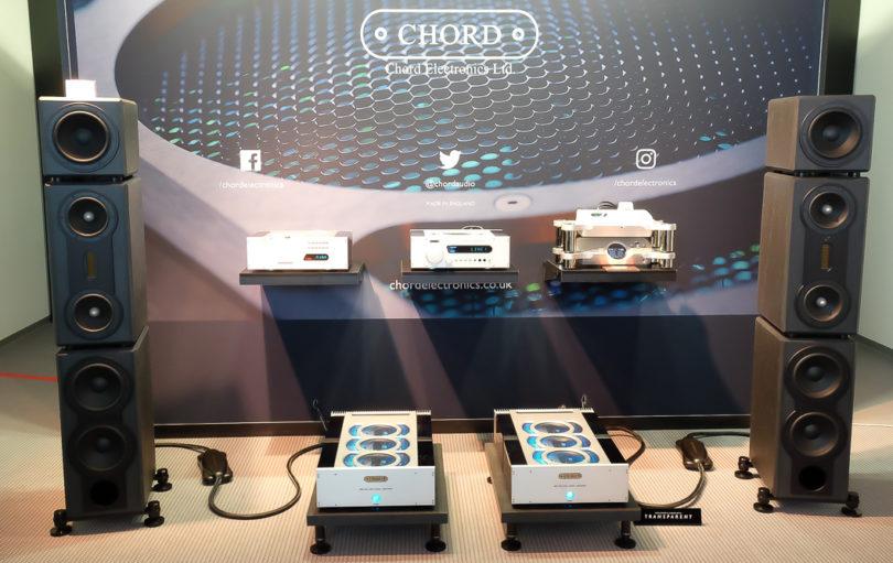 Klangkette vom Feinsten: Chord präsentiert (v.r.n.l.) mit dem Blu MkII einen CD-Transport mit Upscaling-Technik sowie mit dem DAVE einen Premium-DAC, mit dem CPA 5000 einen Referenz-Vorverstärker und mit dem Red Reference Mk III einen High-End-CD-Player. Angetrieben durch zwei Monoblöcke namens SPM6000 Mk II Reference. Die Schallwandlung übernehmen mit den SN 770.1AMT von Fischer&Fischer erlesene 4-Wege Passivlautsprecher. Das Gehäuse besteht aus Naturschiefer.