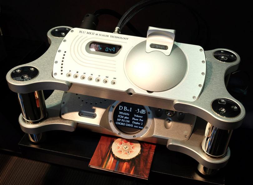 Digitale Leckerbissen: Der CD-Transport Blu MkII (oben) zum Preis von 8.500 Euro kann dank seiner Upscaling-Technik Signale von CD auf bis zu 705.6 kHz hochskalieren, bevor sie über einen der Ausgänge an einen entsprechenden Wandler weitergegeben werden - etwa zum DAVE (unten): Dieser Premium-DAC ermöglicht mit seiner extrem großen Rechenleistung ein exzellentes Timing der digitalen Daten und ein Noise-Shaping. Der DAVE verfügt zudem noch über einen digitalen Vorverstärker und einen hochwertigen Kopfhörer-Verstärker (Preis: 11.000 Euro).