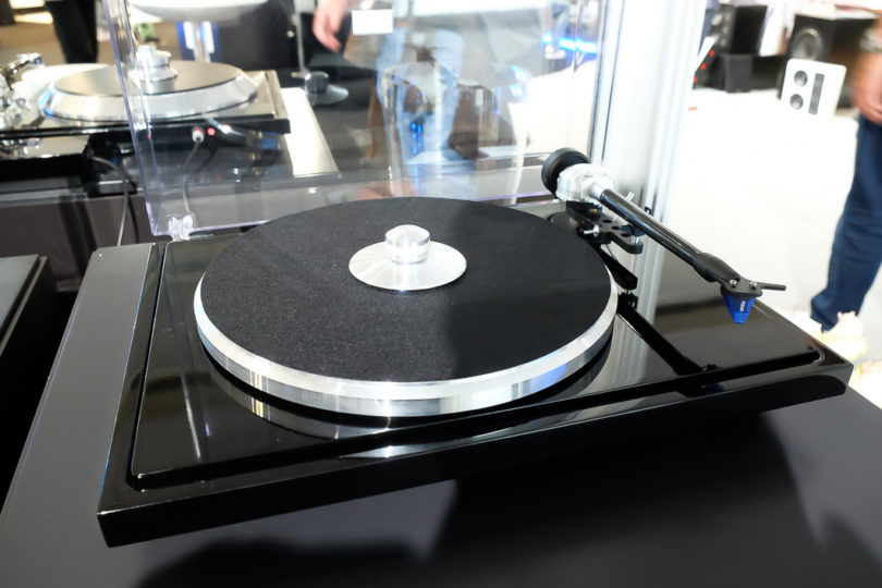 Glänzende Optik, glänzender Klang: Der EAT B-Sharp ist ein High End-Plattenspieler, der mit einem Preis ab 1.299 Euro auch pekuniär hochattraktiv ist. Der EAT Tonarm ist hier mit dem Ortofon 2M Blue MM-Tonabnehmer bestückt.