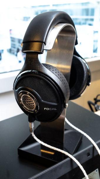 Focal ist nicht nur für seine Lautsprecher berühmt: Der Focal Utopia zählt zu den besten Kopfhörern der Welt. Bei diesem ohrumschließenden, offenen Kopfhörer setzt Focal als Material für die Treiber jenen Werkstoff ein, der schon die Schallwandler-Hochtöner adelt: Beryllium. (Preis: 4.000 Euro)