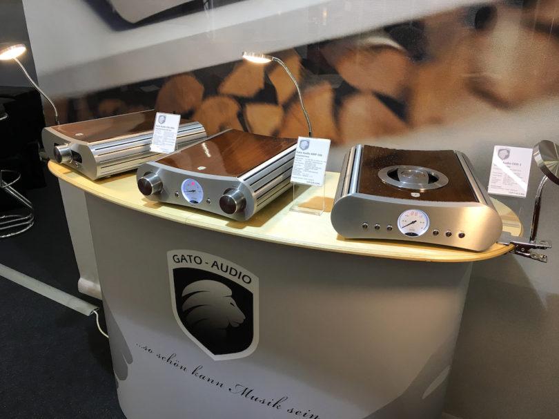 Superschön und klanglich über jeden Zweifel erhaben sind Produkte aus dem Hause Gato Audio. Hier zu sehen: u.a. der AMP 150 (Mitte), ein 2x150 Watt Verstärker im exzellent gefertigten Gehäuse, das in jeder Wohnumgebung zum Hingucker wird. Preis: 6990 Euro.