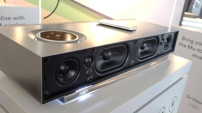 Die große Version des Wireless Musik-Systems Mu-so (hier ohne Abdeckung) liefert mehr Komfort - etwa das Bedienfeld auf der Oberseite - und mehr Power: Sechs 75-Watt-Digitalverstärker treiben mit einer Gesamtleistung von 450 Watt sechs speziell entwickelte Lautsprecher. Für die satte Tiefton-Wiedergabe sorgt ein ausgeklügeltes Bassreflex-System.