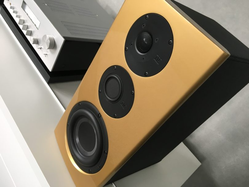 Nubert veredelt zwei Modelle seiner Spitzenbaureihe nuVero in Exclusiv-Ausführung zu Aufsehen erregenden Wohnraumskulpturen. Hier im Bild die nuVero 60 Exclusiv in gold. Die 60er ist ab sofort zum Stückpreis von 1145 Euro zu haben.