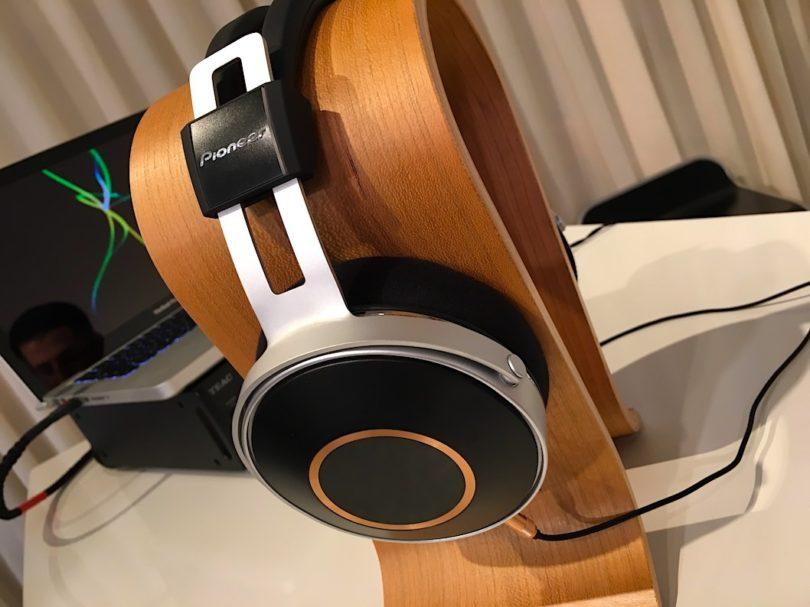 Monitor 5 heisst die Erweiterung Pioneers begehrter SE-Serie. Der bildhübsche und genial verarbeitete Kopfhörer wird in Kürze für rund 1000 Euro zu haben sein.
