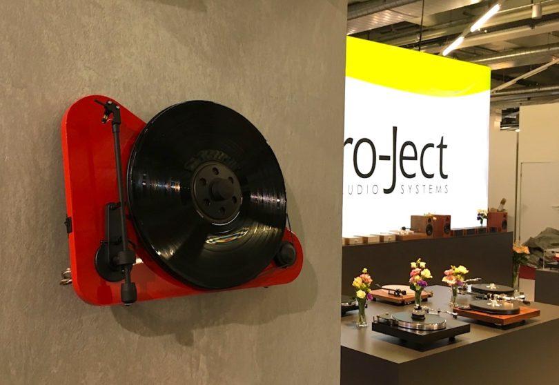 Platzsparer und Blickfang: Pro-Ject präsentiert neben seinen normalen Turntable-Modellen auch den vertikal stehenden oder an der Wand montierbaren VT-E (Preis: 329 Euro).