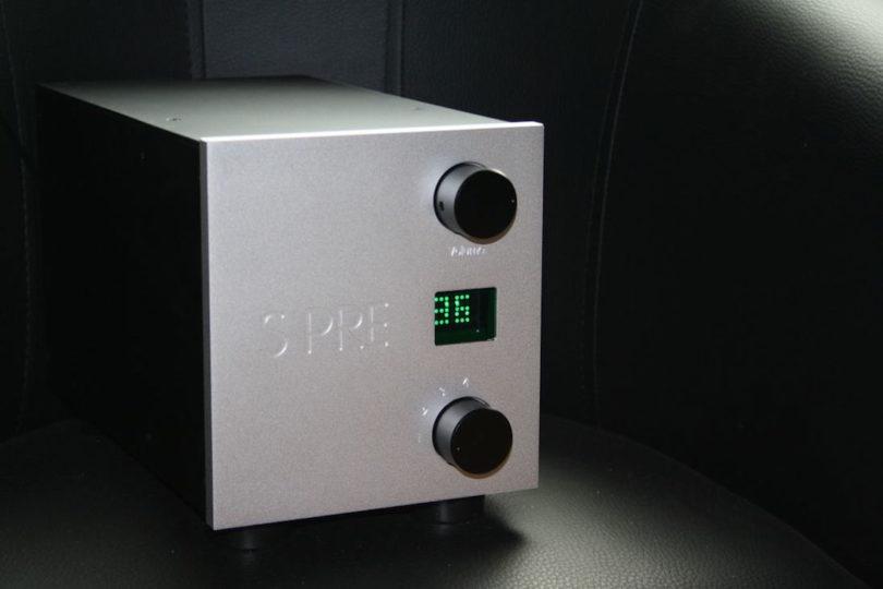 Ergänzend zum S 509 Mono Endverstärker präsentiert Sombetzki seine passive Vorstufe S PRE. Diese beinhaltet keine aktiven verstärkenden Bauteile die sich schädigend auf den Gesamtklang auswirken könnten.