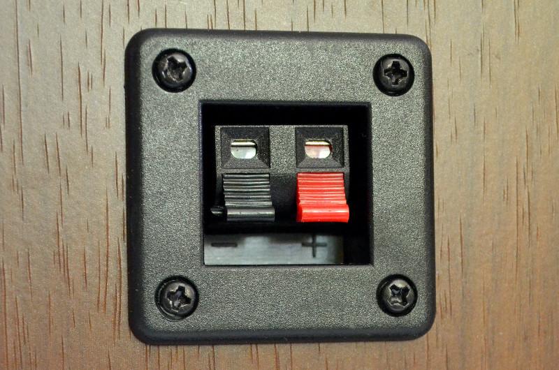 Der Passivlautsprecher wird via Verbindungskabel und seine Kabelklammen an die Aktivbox gekoppelt.