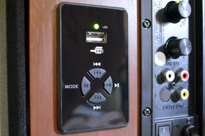 Der namensgebende USB-Anschluss befindet sich oberhalb der Funktionstasten.