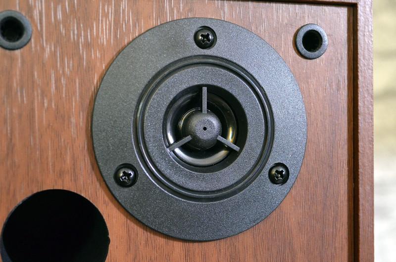 Der Hochtöner der MSS-90.usb-Lautsprecher wird vor physischen Schäden gut geschützt.