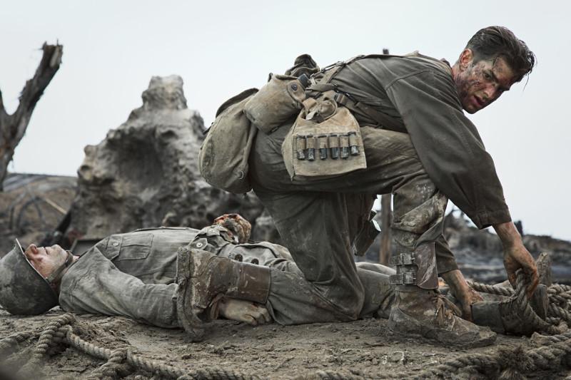 Auf dem Schlachtfeld erweist sich Doss allerdings als furchtloser und unermüdlicher Lebensretter - der als ungewöhnlicher Kriegsheld heimkehrt. (© Universum Film)