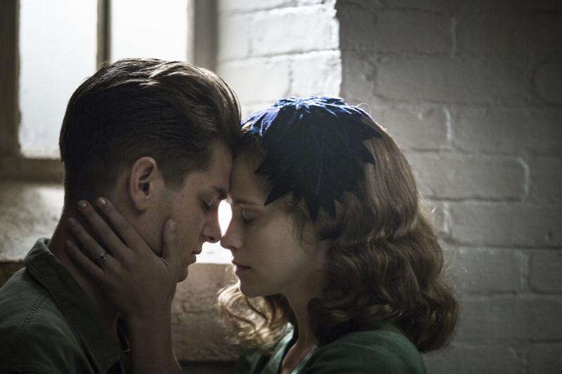 Dazu muss er nicht nur das Militär überzeugen, sondern vor allem auch seine Frau Dorothy (Teresa Palmer). (© Universum Film)