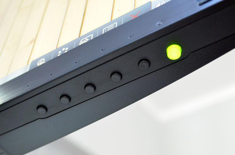 Die Funktionstasten des EW3270ZL befinden sich am unteren Rand des Displays, lassen sich dort aber sehr gut erfühlen.