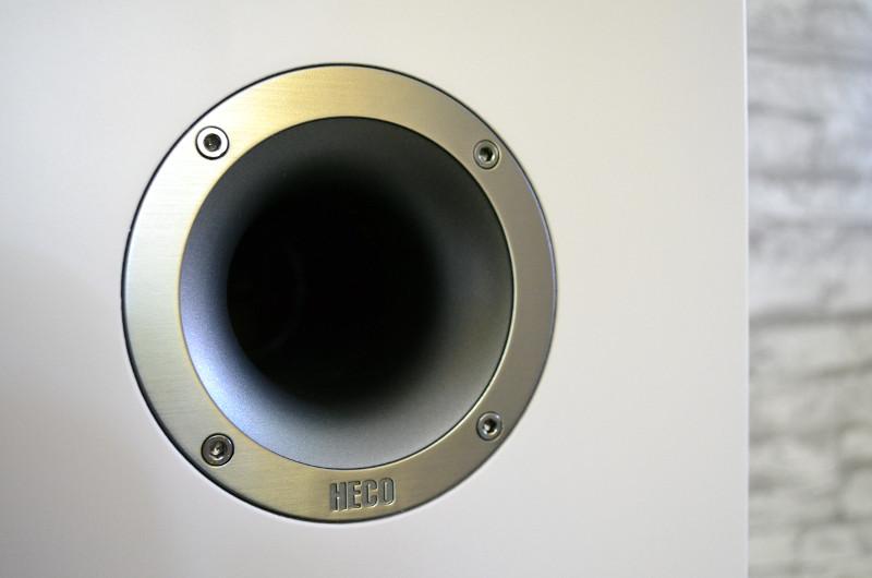 Zusätzliche Tiefton-Unterstützung liefert der Bassreflexport mit strömungsoptimiertem Rohr.