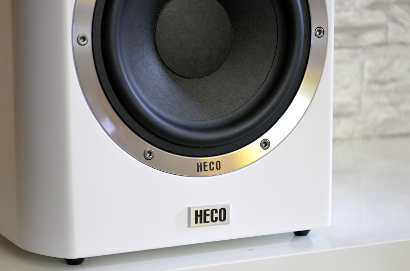 Das Herstellerlogo schmückt natürlich auch die Schallwand. Für festen Halt sorgen die kleinen Standfüße der Elementa 300.