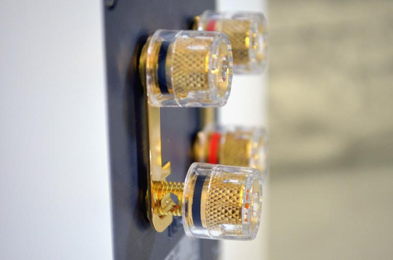 Für den simplen Anschluss sind die Anschlussklemmen der Elementa 300 mit Brücken verbunden und farblich markiert.