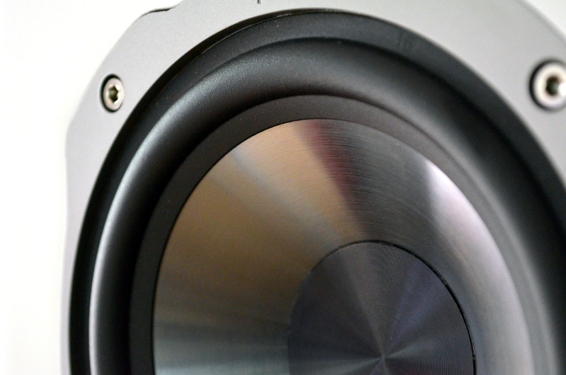 Der silbern schimmernde Tieftöner ist aus Titanium-Polypropylen gefertigt.