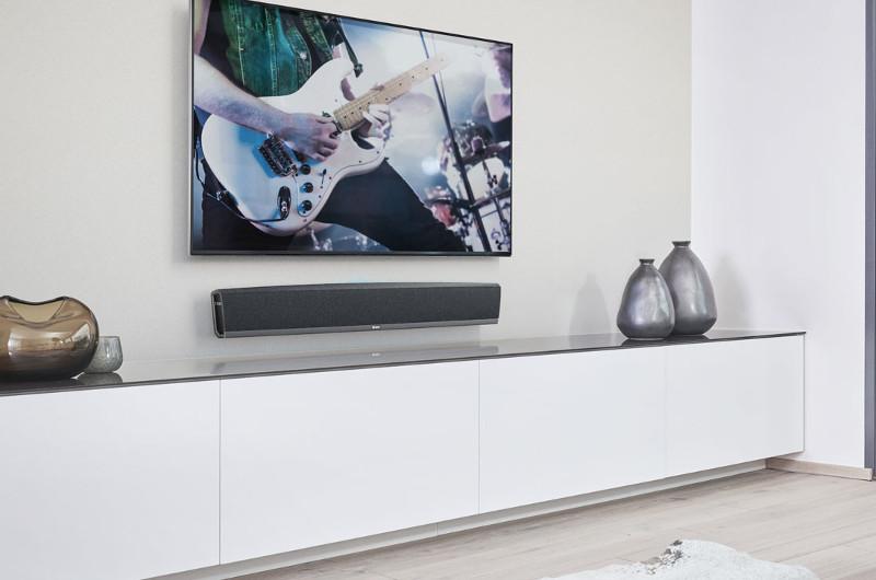 Herzstück des Heos-Surround-Systems bildet die Heos Bar, die sowohl zur Wandmontage als auch zur Aufstellung auf dem Lowboard geeignet ist.