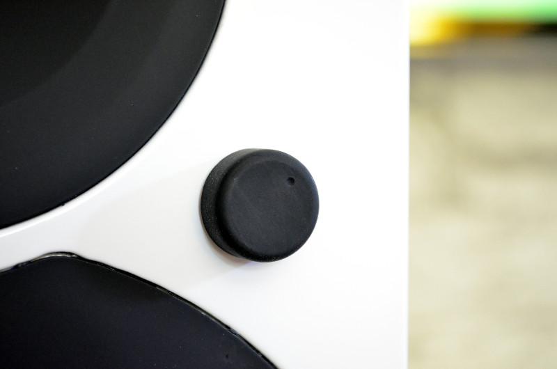 Der Drehregler in der Front der Saxo 5 active dient sowohl der Lautstärkeregelung als auch der Quellenwahl und dem Ein-/Ausschalten.