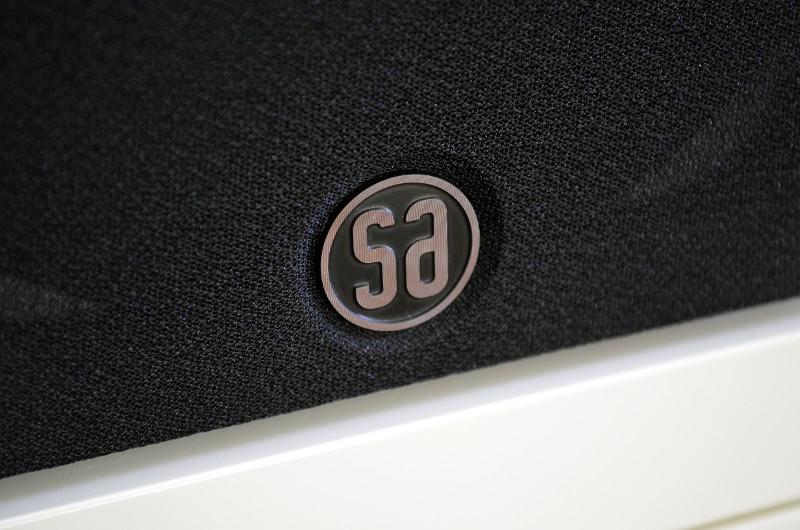 Mit aufgesetzter Frontblende zeigt die Saxo 5 auch ihre Herkunft mit dem Herstellerlogo an.