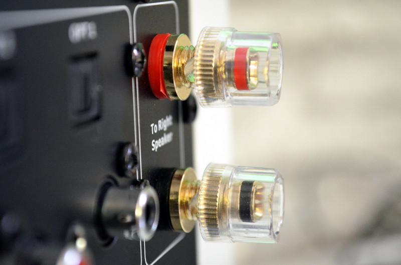 Die Saxo 5 active wird mit einem passiven Modell zum Stereo-Set erweitert - die Verbindung der beiden Lautsprecher erfolgt ganz klassisch über ein mitgeliefertes Kabel und die Schraubklemmen.