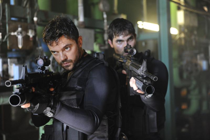 Der Marinesoldat John Stratton (Dominic Cooper, l.) wird mit dem US-Agenten Marty (Tyler Hoechlin) auf eine Mission im Irak geschickt. (© Universum Film)