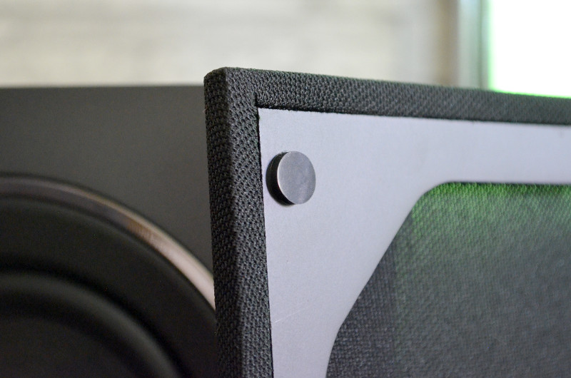 Die magnetische Halterung der Frontblende sorgt nicht nur für eine sehr schöne Schallwand, sondern ist in dieser Preisklasse auch keineswegs selbstverständlich.