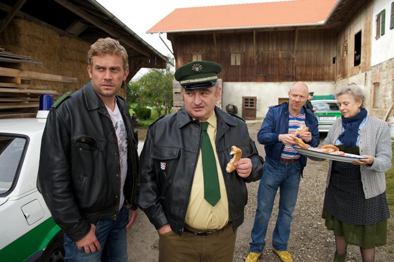 Kaum zurück in der alten Heimat hat Franz Eberhofer (Sebastian Bezzel, l.) einen Vermisstenfall zu lösen. (© EuroVideo Medien GmbH)