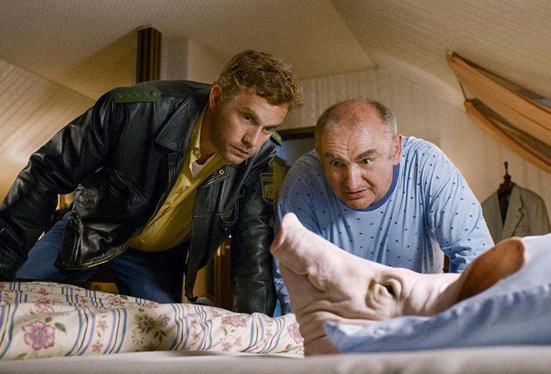 Auch im dritten Fall kommt Provinzpolizist Eberhofer nicht zur Ruhe - sein Vorgesetzter Moratschek (Sigi Zimmerschied) hat einen Schweinekopf im Bett gefunden. (© EuroVideo Medien GmbH)