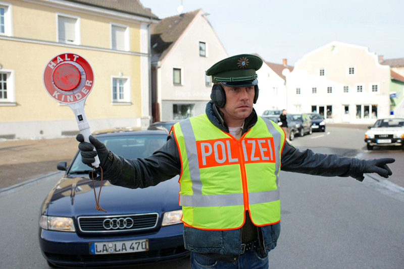 Scheinbar fallen nur Kommissar Eberhofer die merkwürdigen Ereignisse seit ihrer Ankunft auf... (© EuroVideo Medien GmbH)