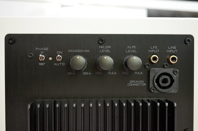 Der S.0 lässt sich bei Bedarf sowohl an einem Stereo-Verstärker als auch an einem AV-Receiver anschließen.