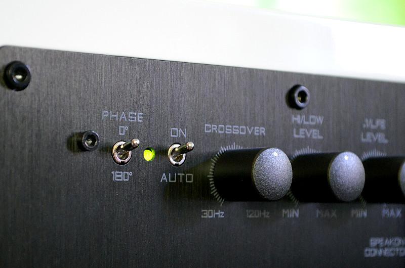 Mit den Schaltern und Reglern auf der Rückseite des S.0 lässt sich das Klangbild anpassen.