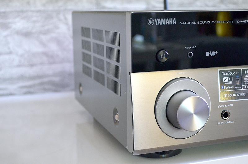 Die Front aus Aluminium repräsentiert als Gesicht des RX-A670 einen rundum hervorragend verarbeiteten AV-Receiver.