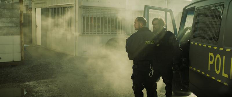 Polizeikorps sorgen an den Grenzzäunen für Ordnung - mittendrin die Einheit von Volt (Benno Fürmann) und Torsun (Sascha Alexander Geršak). (© Felix Gemein / Augenschein Filmproduktion GmbH)